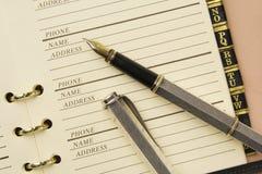 Carnet d'adresses et stylo-plume Images stock