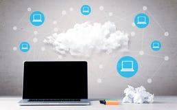Carnet d'affaires sur le bureau avec des ordinateurs Images libres de droits