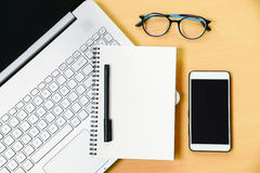 Carnet d'ordinateur avec le message de carnet de smartphone et un stylo dessus Photo stock