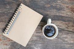 Carnet de Brown avec la cuvette de café Images libres de droits
