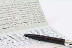 Carnet de compte d'épargne d'épargnes ou relevé de compte financier sur la table photographie stock