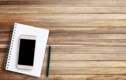 Carnet de concept de bureau et téléphone intelligent Images stock