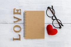 Carnet de couverture de Brown avec le texte en bois d'amour Photographie stock libre de droits