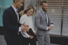 Carnet de femmes d'hommes d'entretien d'hommes d'affaires Photographie stock