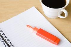 Carnet de notes à spirale avec la cuvette du café et de la barre de mise en valeur Image libre de droits