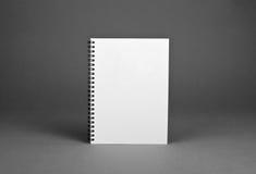 Carnet de notes à spirale vide sur le fond gris Images stock