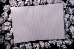 Carnet de papier rayé sur le papier chiffonné Photographie stock libre de droits