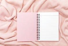 carnet de papier rose sur le fond rose de tissu de serviette Images libres de droits