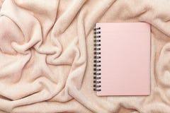 carnet de papier rose sur le fond rose de tissu de serviette Image libre de droits
