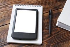 Carnet, e-lecteur/comprimé, livre sur la vieille table en bois photographie stock