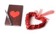 Carnet en bois de texture avec le coeur rouge et stylo sur le fond blanc Images stock