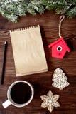 Carnet et buts pour la vue supérieure de fond en bois de nouvelle année Images libres de droits