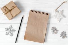 Carnet et buts pour la vue supérieure de fond en bois de nouvelle année Photographie stock