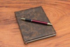 Carnet et crayon lecteur de capitonnage image stock