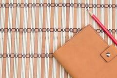 Carnet et crayon sur le fond en bois, vue supérieure, concept de lieu de travail, équipement Photos libres de droits