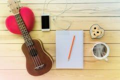 Carnet et crayon vides avec du café, biscuit, téléphone portable et Image stock