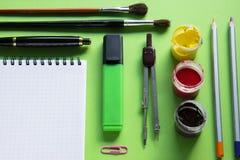 Carnet et diverses fournitures de bureau d'école, de nouveau à l'école, bureau Photographie stock