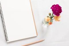 Carnet et fleur vides photographie stock