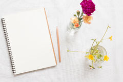 Carnet et fleur vides photos stock