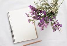 Carnet et fleur vides Images stock