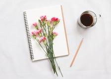 Carnet et fleur vides Photographie stock libre de droits