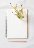 Carnet et fleur vides photo libre de droits