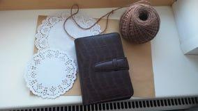 Carnet et lettre sur le rebord de fen?tre photographie stock