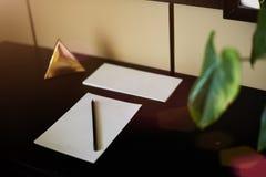 Carnet et smartphone vides avec le crayon sur la table en bois d'ordinateur portable La vue à partir du dessus Photos libres de droits