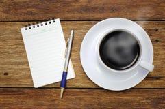 Carnet et stylo de tasse de café sur la table en bois  Photos libres de droits