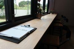 carnet et stylo sur la table en bois espace de travail dans le café de café Images libres de droits