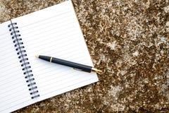 carnet et stylo vides sur la roche près de la plage dans les vacances , Images libres de droits