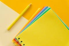 Carnet jaune sur le fond rose en pastel jaune image stock