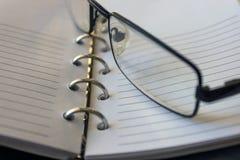 Carnet, macro en spirale de bloc-notes, fin  Foyer sélectif noir Photo libre de droits