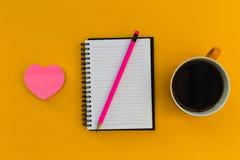 Carnet minimal d'éducation de papeterie avec le coeur d'amour de café dessus Photos libres de droits