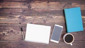 Carnet mobile et ouvert de livre sur la table et mettre en forme de tasse le café banque de vidéos