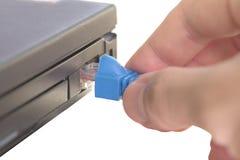 Carnet noir avec le pluggin de main en câble de réseau Photo libre de droits