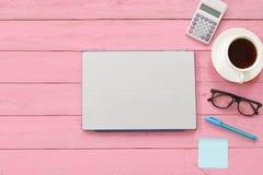 Carnet ou ordinateur portable d'ordinateur placé sur la table en bois rose près du Photographie stock libre de droits