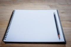 Carnet ouvert de plan rapproché avec le crayon Images libres de droits