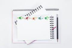 Carnet ouvert de plan rapproché avec le crayon sur le fond Photo stock
