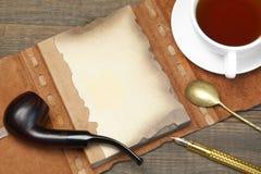 Carnet ouvert de vintage avec la page vide, stylo, tasse de thé, cuillère, pépin Photographie stock libre de droits