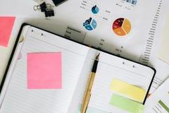 Carnet ouvert, stylo et post-it de vue supérieure sur le fond blanc de bureau Photographie stock