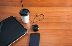Carnet Pen Phone Cup de souris d'ordinateur portable de café sur un front Photos libres de droits