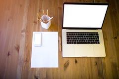 Carnet portatif, téléphone portable sur une table dans le bureau image stock