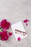 Carnet pour la lettre d'amour avec des fleurs sur le fond gris Photographie stock
