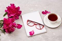 Carnet pour la lettre d'amour avec des fleurs sur le fond gris Image libre de droits