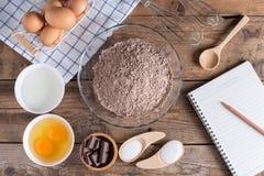 Carnet pour le menu de enregistrement, ingrédients pour faire le chocolat de gâteau images stock