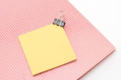Carnet rouge avec l'agrafe de post-it et de bouledogue d'isolement sur le blanc Image stock