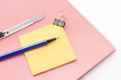 Carnet rouge avec l'isola bleu de coupeur de stylo d'agrafe de post-it et de bouledogue Images stock
