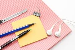 Carnet rouge avec l'oreille bleue p de coupeur de stylo d'agrafe de post-it et de bouledogue Photos stock