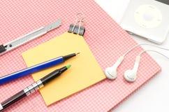 Carnet rouge avec l'oreille bleue p de coupeur de stylo d'agrafe de post-it et de bouledogue Photographie stock libre de droits